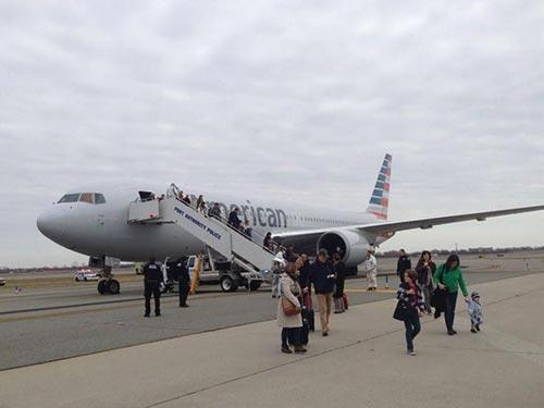 Hơn 200 hành khách và phi hành đoàn chuyến bay 67 của hãng American Airlines phải rời khỏi máy bay tại sân bay Kennedy, New York - Mỹ hôm 30-11 vì bị dọa đánh bom  Ảnh: NY DAILY NEWS