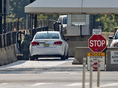 Chiếc xe khả nghi đỗ trước cổng Nhà Trắng hôm 20-9. Ảnh: AP