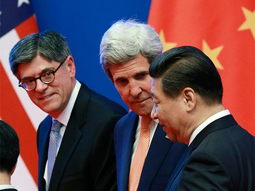 Chủ tịch Trung Quốc Tập Cận Bình (phải) trò chuyện với Ngoại trưởng John Kerry (giữa) và Bộ trưởng Tài chính Jack Lew của Mỹ tại lễ khai mạc cuộc đối thoại hôm 9-7 Ảnh: REUTERS