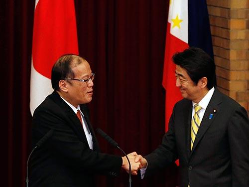 Thủ tướng Nhật Bản Shinzo Abe (phải) và Tổng thống Philippines Benigno Aquino tại cuộc họp báo chung hôm 24-6. Ảnh: Reuters