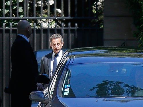 Ông Nicolas Sarkozy rời nhà ở Paris - Pháp hôm 2-7 Ảnh: REUTERS
