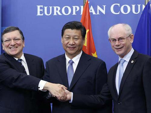 Chủ tịch Hội đồng châu Âu Herman Van Rompuy (phải) và Chủ tịch Ủy ban châu Âu Jose Manuel Barroso (trái) tiếp Chủ tịch Trung Quốc Tập Cận Bình hôm 31-3 Ảnh: Reuters