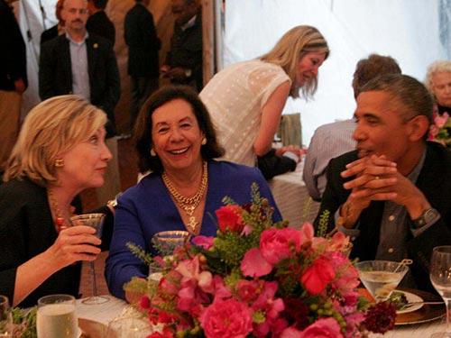 Tổng thống Mỹ Barack Obama (phải) trò chuyện với bà Hillary Clinton (trái) tại một buổi tiệc hôm 13-8 Ảnh: NEW YORK DAILY NEWS