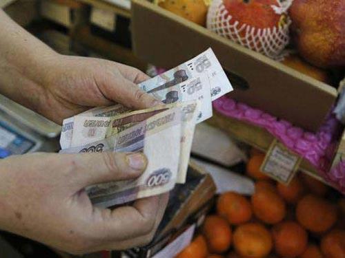 Đồng rúp của Nga đang mất giá 11% so với USD Ảnh: Reuters