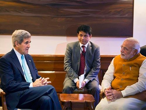 Thủ tướng Ấn Độ Narendra Modi (phải) tiếp Ngoại trưởng Mỹ John Kerry (trái) hôm 1-8 Ảnh: REUTERS