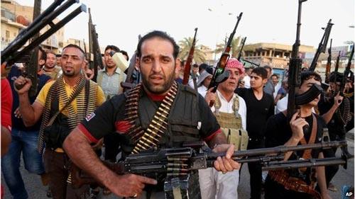 Các tay súng dòng Shiite ở Iraq sẵn sàng bảo vệ thủ đô Baghdad, chống lại ISIL Ảnh: AP