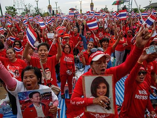 """Phe """"áo đỏ"""" biểu tình ở ngoại ô Bangkok hôm 5-4 Ảnh: REUTERS"""