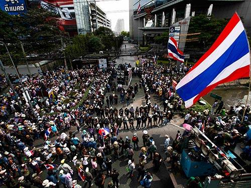 Người biểu tình bao vây tập đoàn địa ốc SC Asset Corp ngày 20-2 Ảnh: REUTERS