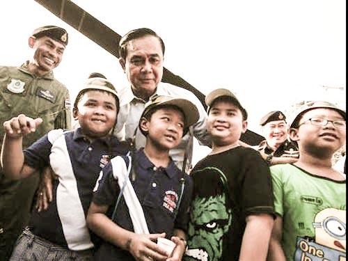 Tư lệnh Lục quân Thái Lan Prayuth Chan-ocha (giữa) chụp hình cùng trẻ em  tại Bangkok nhân Ngày Thiếu nhi Ảnh: REUTERS