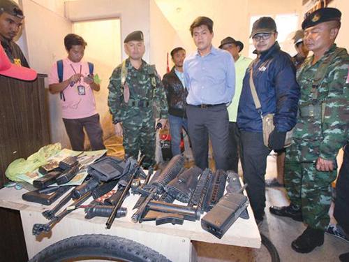 Cảnh sát phát hiện kho vũ khí trong tòa nhà bỏ hoang gần hiện trường vụ nổ bom hôm 17-1 Ảnh: THE NATION