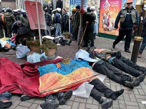Người biểu tình nằm chết trên quảng trường Độc Lập  ngày 20-2 Ảnh: REUTERS