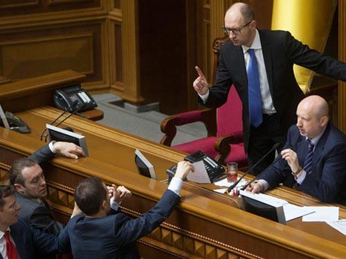 Quan chức và nghị sĩ Ukraine tranh luận về các biện pháp kinh tế khắc khổ tại phiên họp hôm 27-3 Ảnh: REUTERS