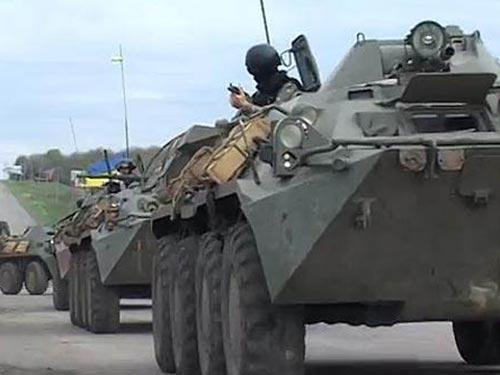 """Binh sĩ Ukraine bước vào giai đoạn 2 """"chiến dịch chống khủng bố"""" ở TP Slavyansk hôm 25-4 Ảnh: NEWSRU.UA"""