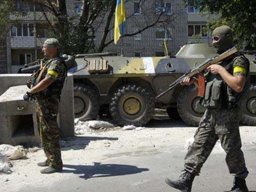 Binh lính Ukraine tại một chốt kiểm soát bên ngoài Donetsk Ảnh: REUTERS