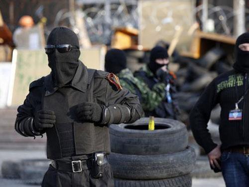 Một người biểu tình ủng hộ Nga canh gác bên ngoài tòa nhà chính quyền ở Donetsk ngày 22-4 Ảnh: REUTERS