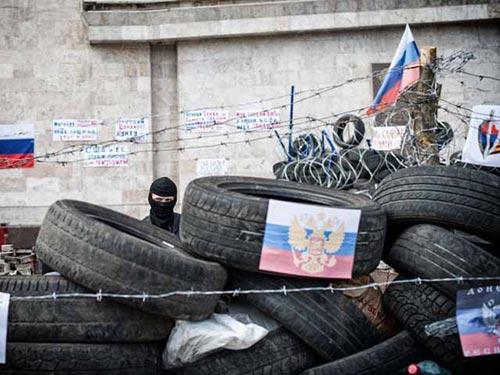 Người biểu tình thân Nga ở Donetsk gia cố tuyến phòng thủ xung quanh tòa nhà hành chính. Ảnh: GLOBAL LOOK PRESS