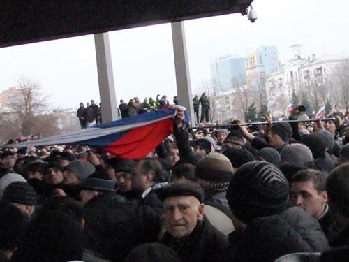 Người biểu tình chuẩn bị treo cờ Nga lên tòa nhà hành chính TP Donetsk ngày 5-3 Ảnh: ITAR-TASS