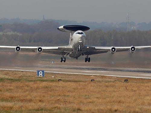 Máy bay NATO cất cánh từ căn cứ không quân Geilenkirchen - Đức để tuần tra bầu trời Ba Lan hôm 2-4 Ảnh: REUTERS