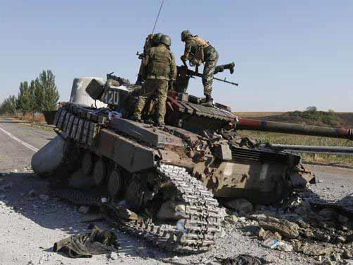 Xe tăng bị hư hại vì chiến sự ở ngoại ô TP Mariupol hôm 6-9 Ảnh: REUTERS