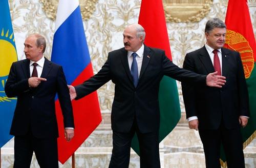 Tổng thống Nga Vladimir Putin và Tổng thống Ukraine Petro Poroshenko (bìa phải) vẫn còn quan điểm bất đồng tại cuộc gặp hôm 26-8 Ảnh: REUTERS