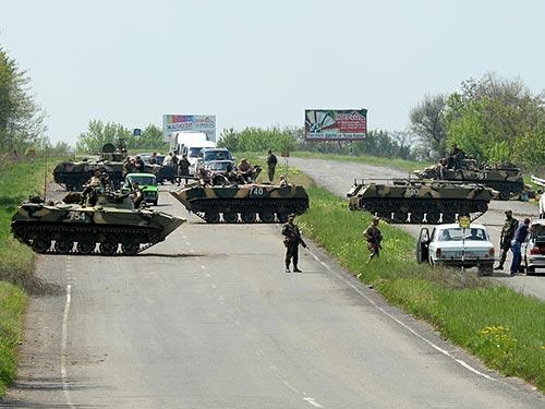 """Các lực lượng an ninh Ukraine tiếp tục chiến dịch """"chống khủng bố"""" ở Slavyansk hôm 5-5 Ảnh: RIA NOVOSTI"""