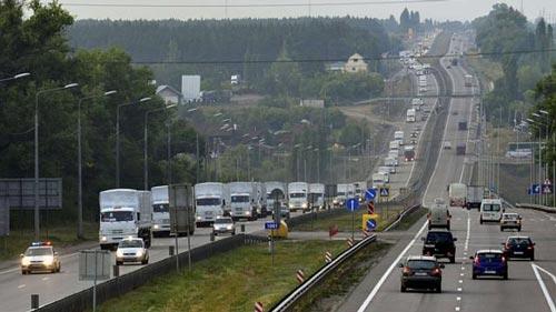 Đoàn xe chở hàng viện trợ Nga tại thành phố Voronezh ngày 12-8 Ảnh: REUTERS