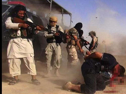 Các tay súng IS hành quyết binh sĩ IraqẢnh: New York Daily News