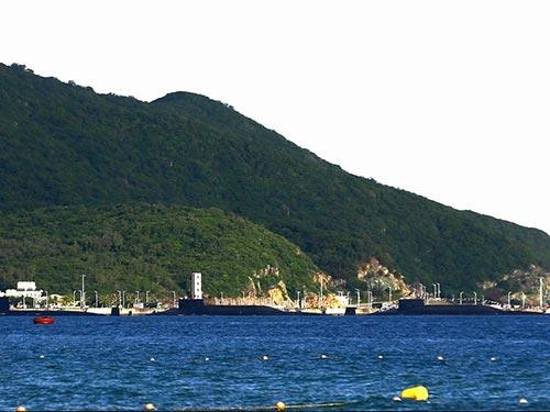 Tấm ảnh được cho là chụp 3 tàu ngầm hạt nhân Trung Quốc tại căn cứ trên đảo Hải Nam trong tháng 8 Ảnh: South China Morning Post