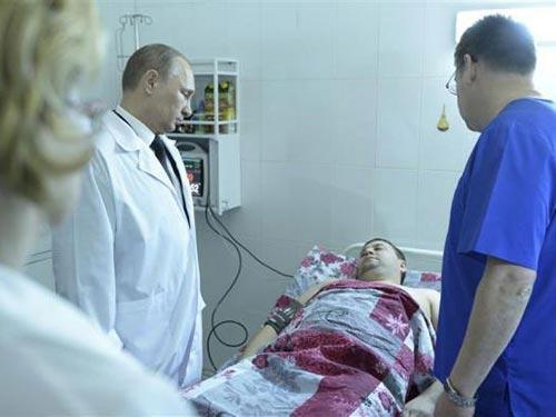Tổng thống Nga Vladimir Putin thăm nạn nhân 2 vụ đánh bom tại Volgograd ngày 1-1-2014 Ảnh: Reuters