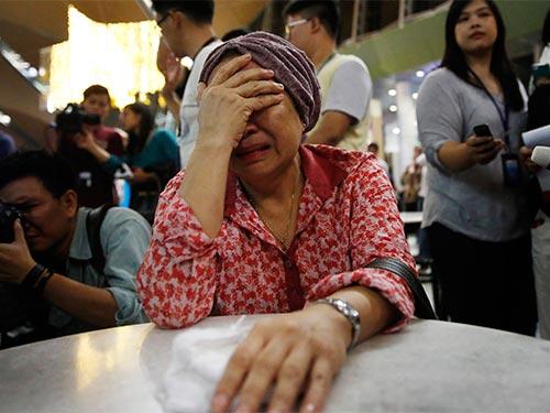 Một phụ nữ có chị gái đi trên chuyến bay MH17 chờ tin trong nước mắt ở sân bay Kuala Lumpur - Malaysia hôm 18-7 Ảnh: REUTERS