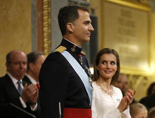Vua Felipe VI và hoàng hậu Letizia trong lễ đăng quang Ảnh: REUTERS