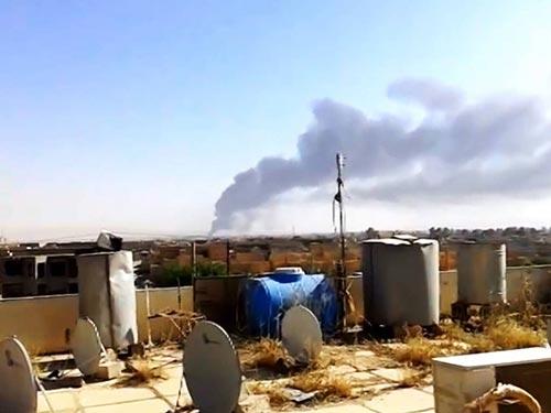 Cột khói bốc lên từ Nhà máy Lọc dầu Baiji Ảnh: AP