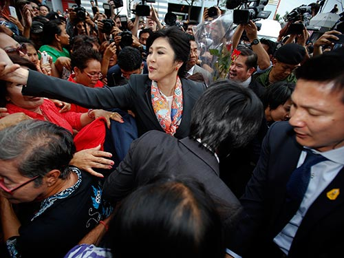 Bà Yingluck giữa những người ủng hộ sau phán quyết ngày 7-5 Ảnh: REUTERS