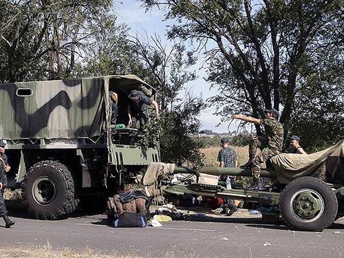 Binh sĩ Ukraine rút khỏi TP Novoazovsk hôm 27-8Ảnh: AP