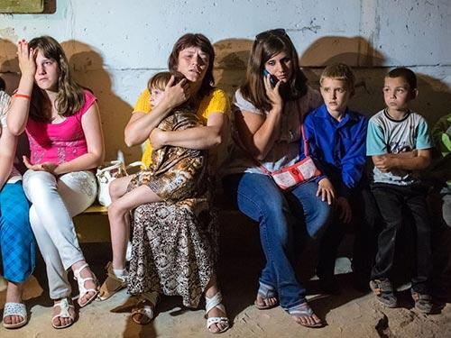 Nhiều người dân Slavyansk, miền Đông Ukraine, phải chạy khỏi thành phố để tránh bom đạn Ảnh: RIA NOVOSTI