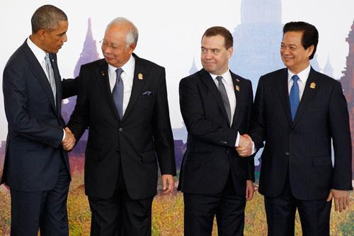 Thủ tướng Nguyễn Tấn Dũng cùng nhà lãnh đạo một số nước trước khi dự Hội nghị Cấp cao Đông ÁẢnh: REUTERS