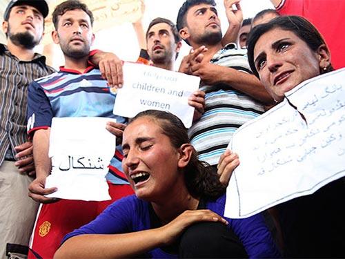 Những người Yazidi mất nhà cửa biểu tình phản đối nhóm Nhà nước Hồi giáo (IS) ở tỉnh Arbil, phía Bắc Baghdad, hôm 4-8 Ảnh: REUTERS