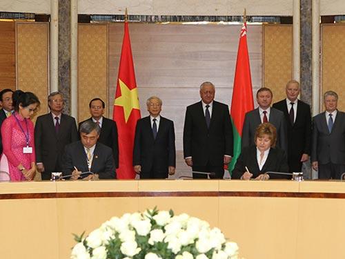 Tổng Bí thư Nguyễn Phú Trọng và Thủ tướng Mikhail Myasnikovich chứng kiến lễ ký các văn kiện hợp tác giữa hai nước Ảnh: TTXVN