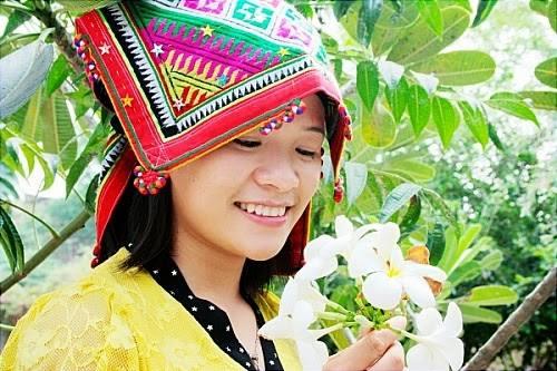 Chiếc khăn Piêu được người con gái Thái trân trọng đội lên đầu
