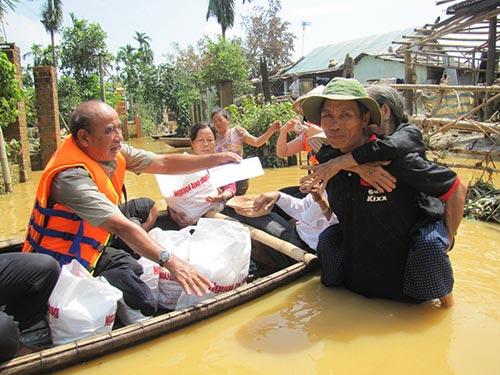 Tiền và quà của các tổ chức, doanh nghiệp đã được trao tận tay đồng bào ngay khi bão lũ vừa đi qua Ảnh: HOÀNG DŨNG
