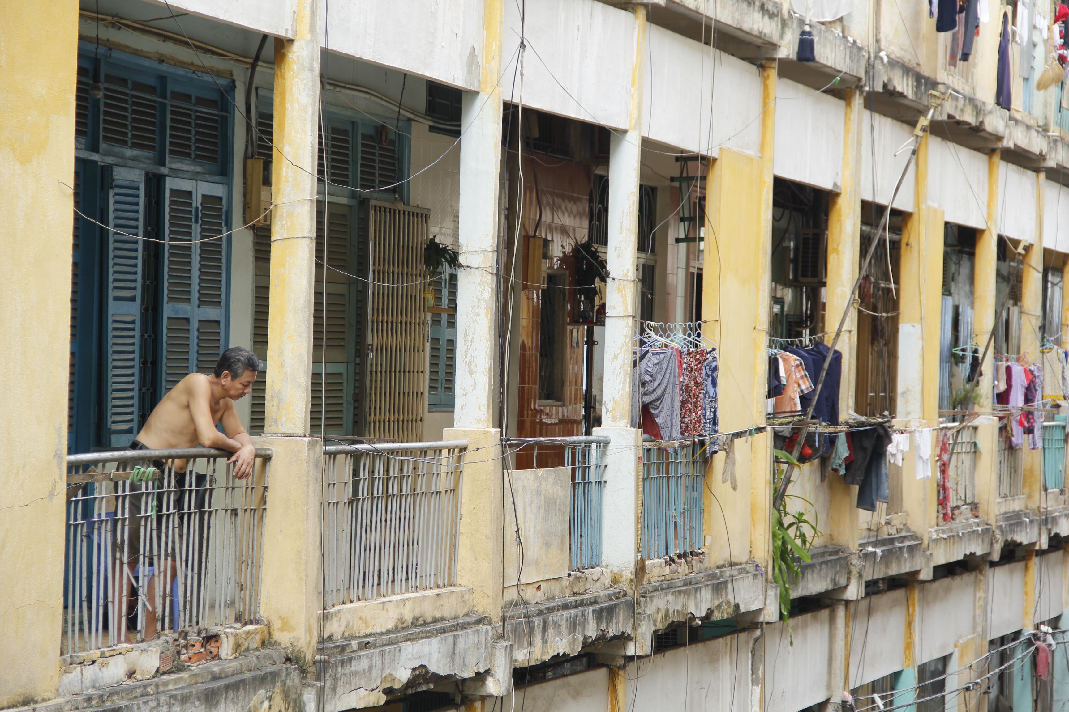 Nhiều cột trụ bê tông đã bị bật cốt thép ra, trần và sàn nhà nứt nẻ, hư hỏng, đe dọa sinh mạng của cư dân nơi đây