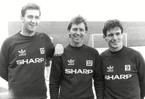 Adidas từng đồng hành cùng M.U năm 1986 (từ trái qua: Norman Whiteside, Bryan Robson, Stapleton)