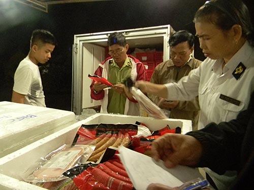 """Khi """"soi"""" kỹ lô hàng, đoàn kiểm tra ở cửa ngõ phía Đông TP HCM phát hiện hàng quá hạn sử dụngẢnh: NGỌC ÁNH"""
