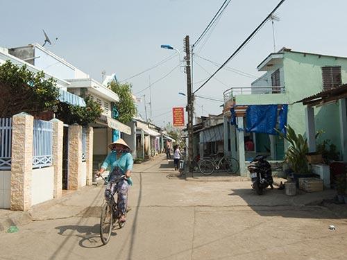 Sau nhiều năm chờ đợi, người dân xã đảo Thạnh An mới có đèn chiếu sáng công cộng