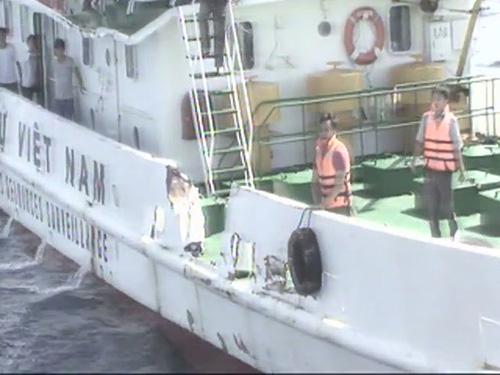 Tàu Trung Quốc tông vỡ mạn một tàu kiểm ngư của Việt Nam