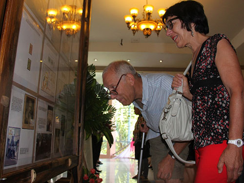 Khách nước ngoài xem triển lãm tem về bác sĩ Alexandre Yersin