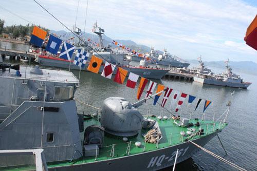 Các tàu chiến đều hướng mũi ra biển, sẵn sàng ra khơi thực hiện nhiệm vụ bảo vệ chủ quyền biển đảo thiêng liêng của Tổ quốc.
