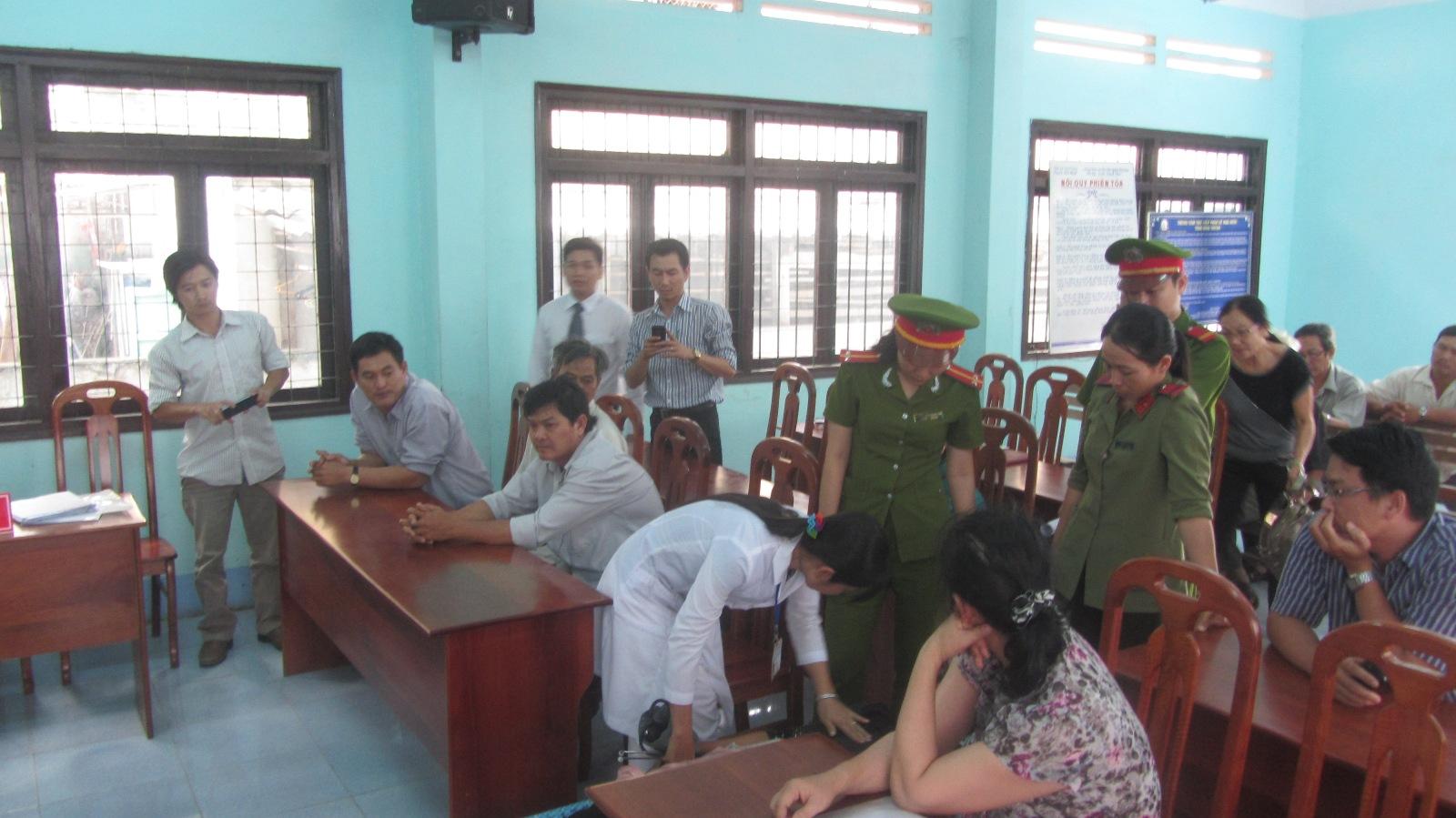 Bác sĩ khám cho bị cáo trước khi bước vào xét xử.