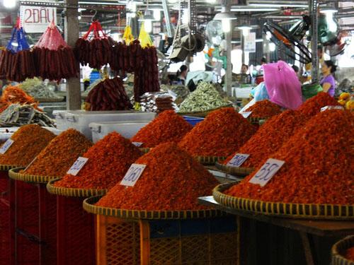Giá bán ở chợ được niêm yết công khai, nên khách hàng không phải cần trả giá.