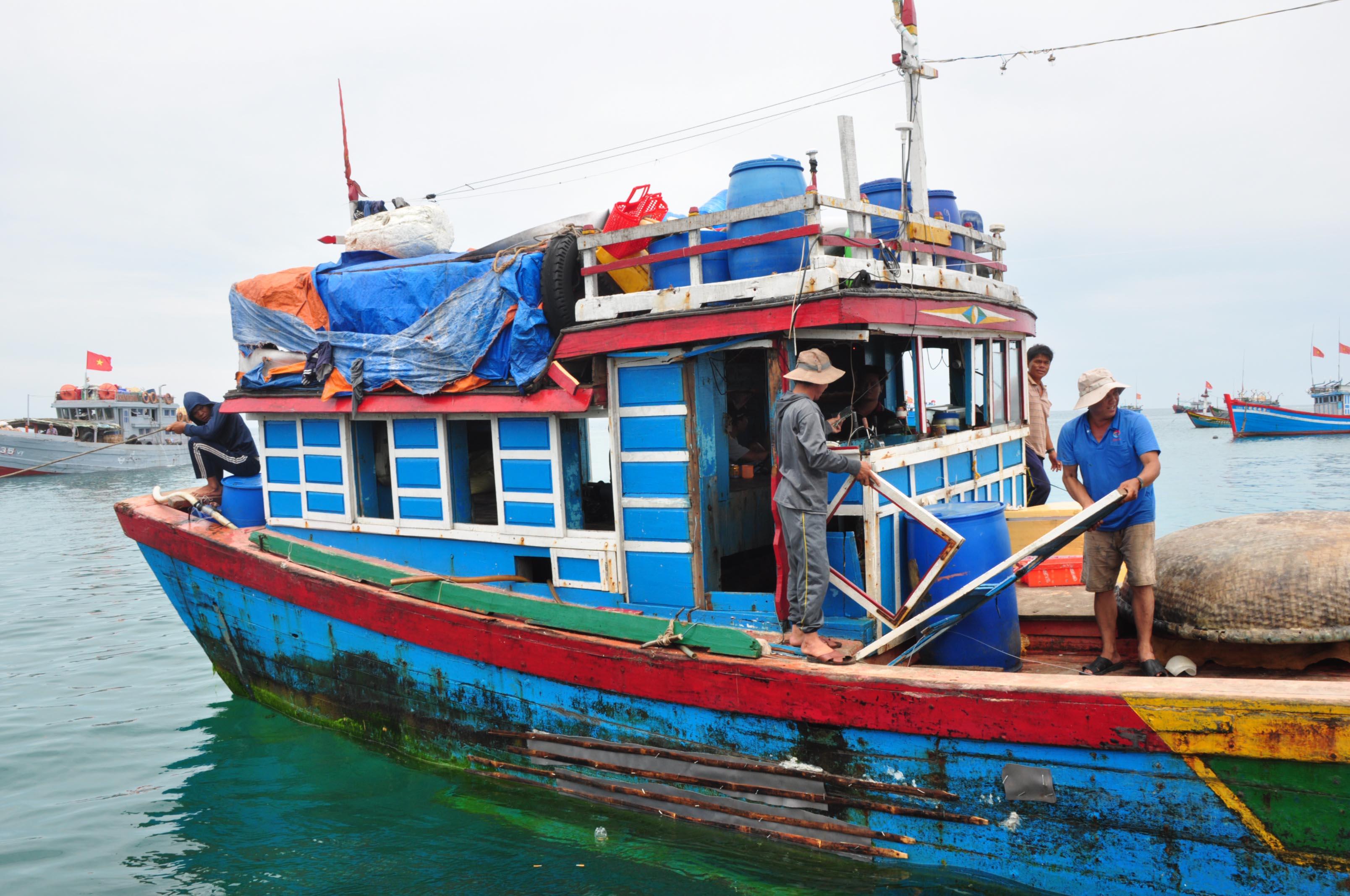 Mạng phải thân tàu QNg 96416 bị tàu ngư chính Trung Quốc đâm hư hỏng